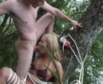 Blonde coquine ligot�e et bais�e au bord du lac