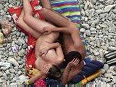 Couple de jeunes baise sur la plage