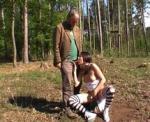 Jeune exhibitionniste obligée de baiser un vieux pervers