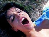 Jordanne Kali en levrette dans la forêt