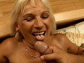 Vieille femme qui s'offre une bite experte
